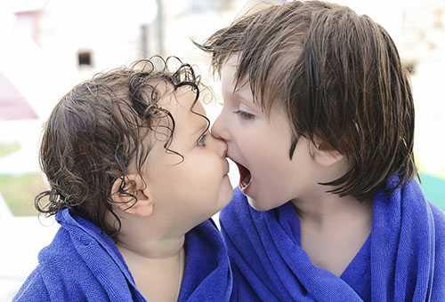 Мальчик кусает брата