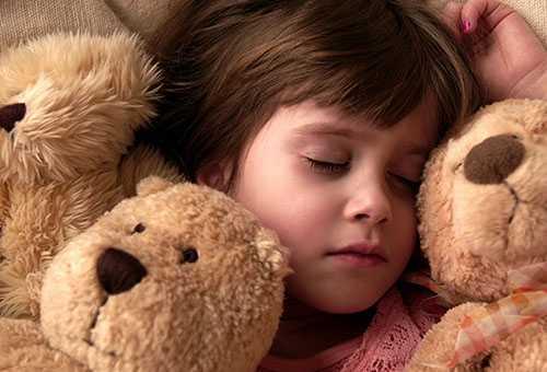 Девочка пяти лет спит