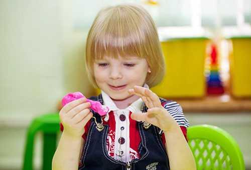 Девочка занимается лепкой