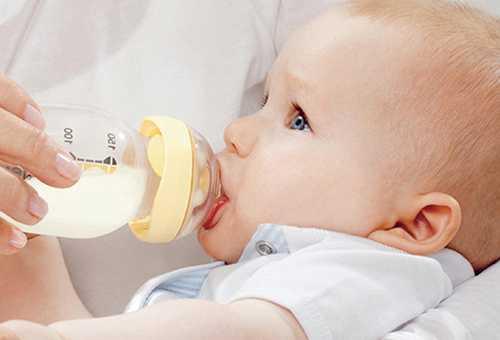 Ребенок кушает смесь из бутылочки