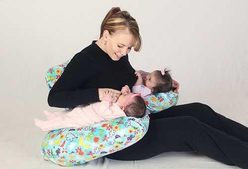 Кормление близнецов на специальной подушке