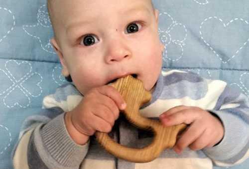 Малыш грызет деревянный прорезыватель