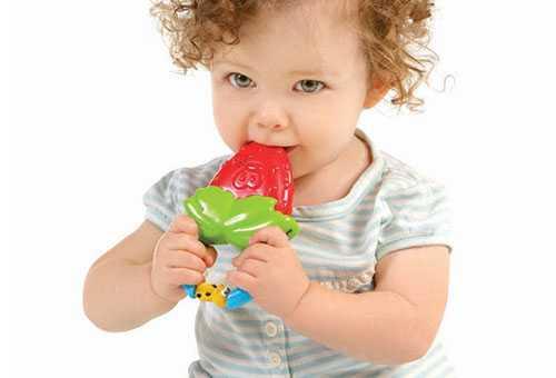 Ребенок грызет прорезыватель для зубов