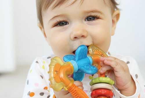 Ребенок грызет развивающий прорезыватель