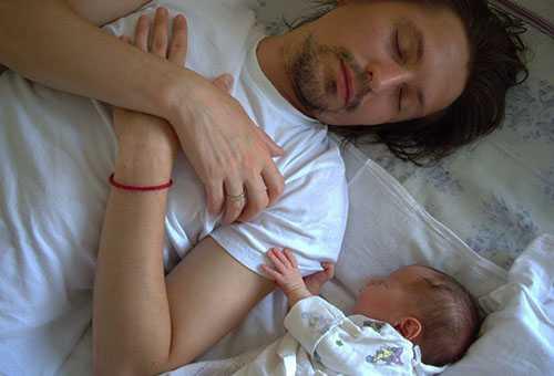 Младенец спит вместе с папой