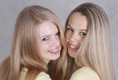 Сестры-близнецы с брекетами