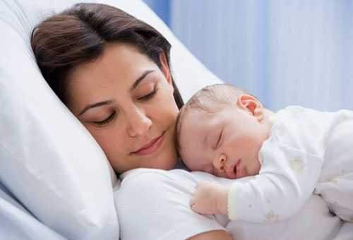 Ребенок спит у мамы на груди
