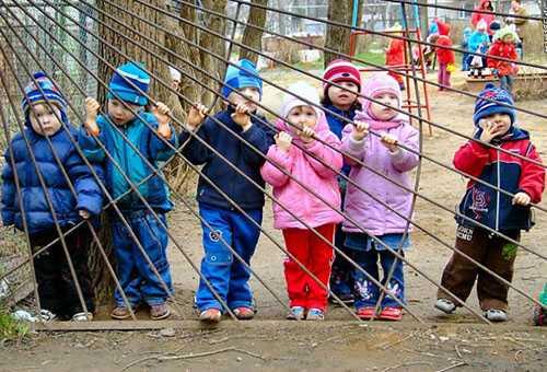 Дети у ограды детского сада