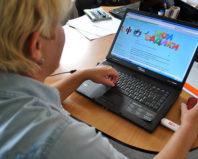 Женщина проверяет электронную очередь в детский сад
