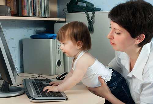 Ребенок с мамой за компьютером