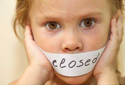 Ребенку запретили грызть ногти