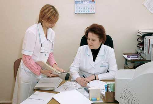 Педиатр и медсестра