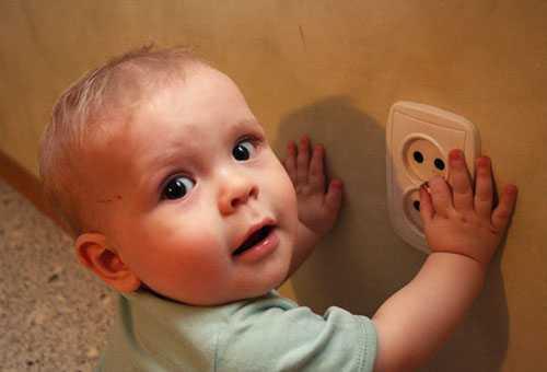 Ребенок подошел к розетке