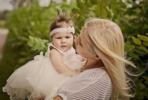Мама с маленькой дочкой на руках