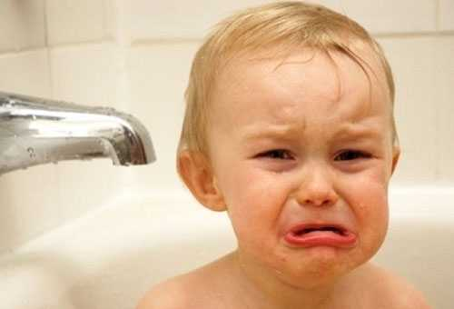 Ребенок капризничает в ванной