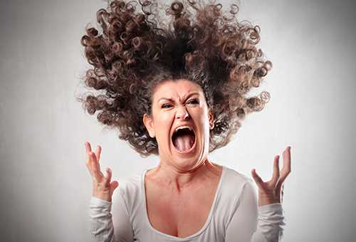 Женщина злится и кричит