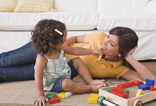 Мама общается с маленькой дочкой