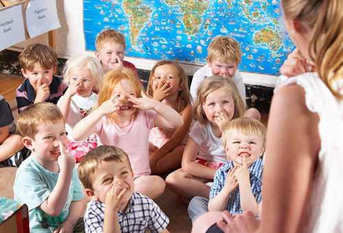 Дети слушают воспитателя