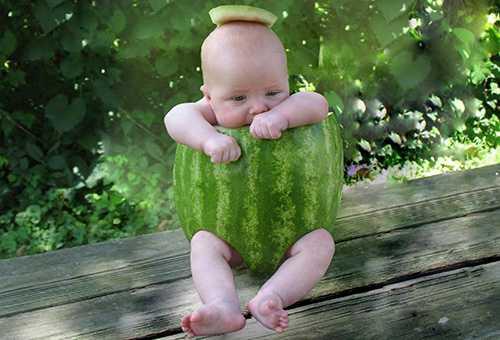 Ребенок в костюме арбуза