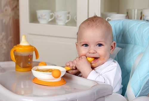 Малыш ест кукурузную кашу