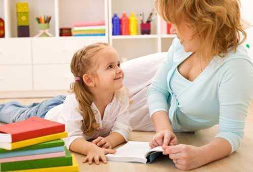 Мама занимается с пятилетней дочкой