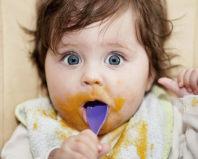Малыш ест фруктовое пюре