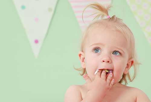 Ребенок жует сливу
