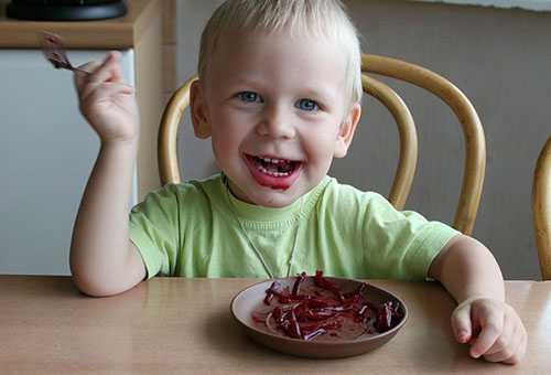 Ребенок ест свекольный салат