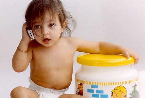 Девочка играет в телефон