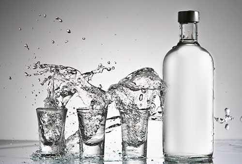 Бутылка водки и три стакана