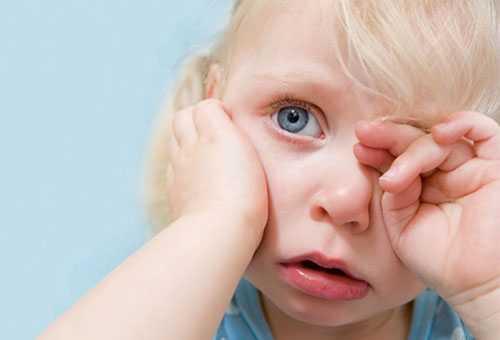 Ребенок плачет по причине боли