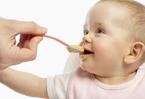 Ребенок кушает кашу