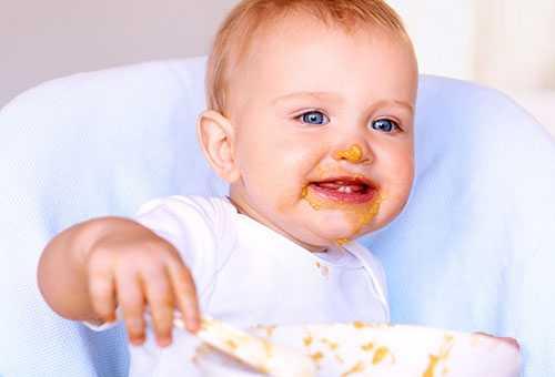 Ребенок ест кукурузную кашу