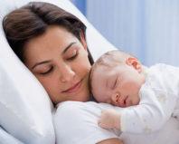 Мама спит с грудничком на руках