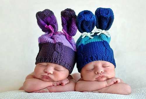 Спящие новорожденные близнецы