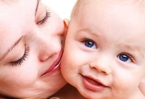 Здоровый ребенок с мамой