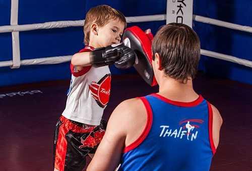 Ребенок занимается боксом