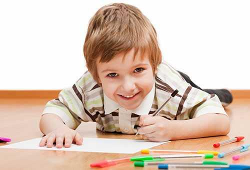 Ребенок рисует левой рукой