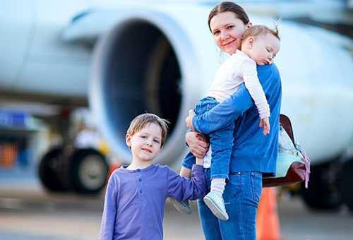 Мама с двумя детьми в аэропорту