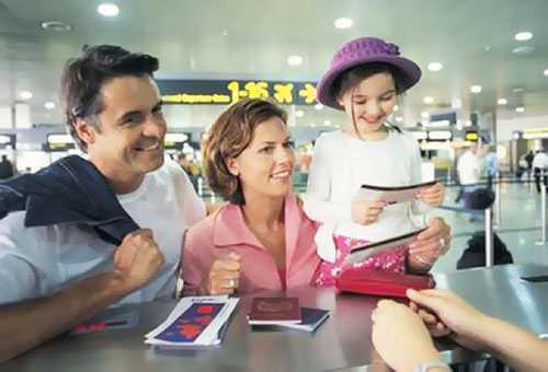 Родители с ребенком в аэропорту