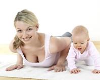 Мама с малышом делает упражнения