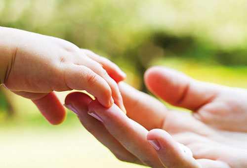 Ручка ребенка и рука мамы