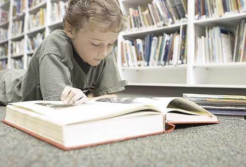 Ребенок читает энциклопедию