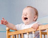 Годовалый ребенок капризничает в кроватке