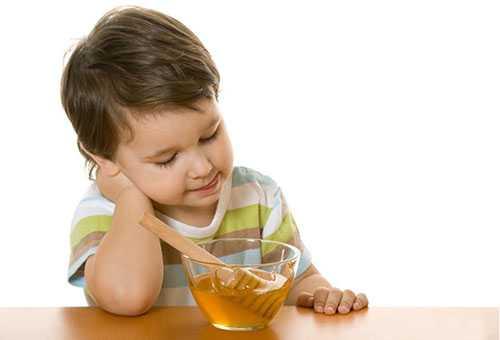 Ребенок хочет попробовать мед