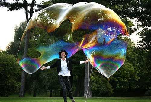 Огромный мыльный пузырь