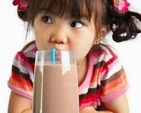 Девочка пьет какао
