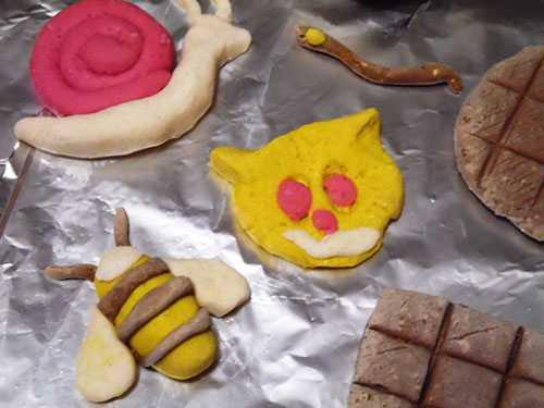 Фигурки из цветного теста, сделанные ребенком