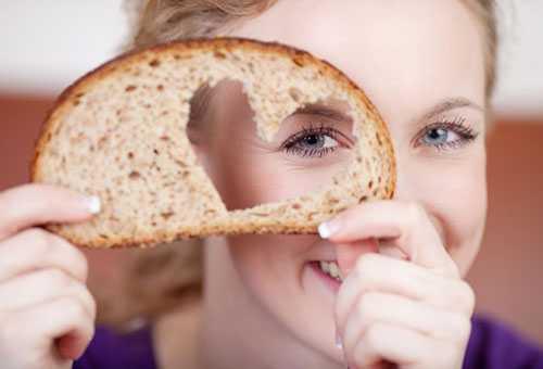 Девушка держит ломтик хлеба