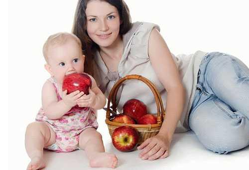 Мама с малышом и корзина яблок